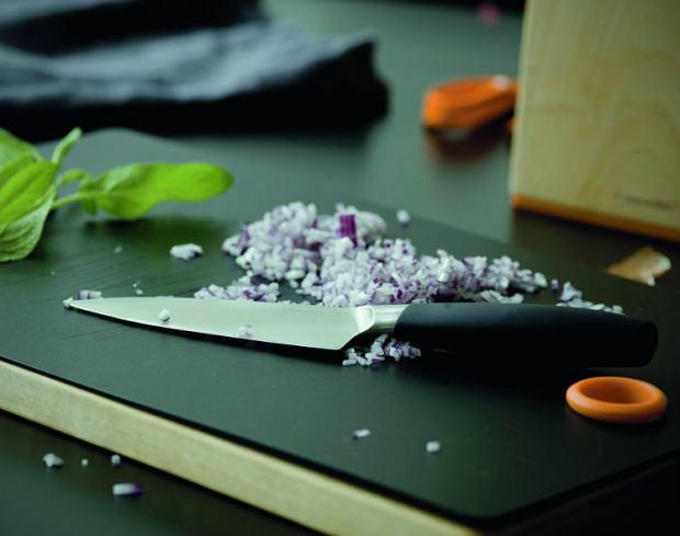 Marka Fiskars ma w swojej ofercie innowacyjną i estetyczną deskę z wymiennymi nakładkami - w sam raz do krojenia takich produktów, jak mięso, owoce czy chleb