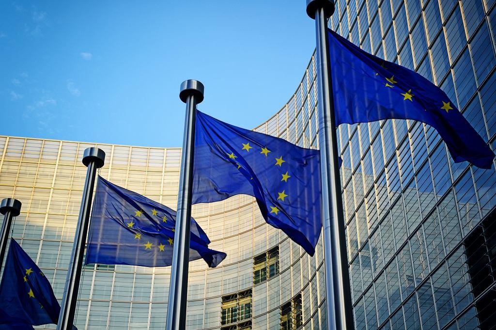 Flagi UE przed Komisją Europejską w Brukseli