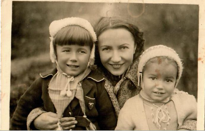 Jadwiga Szwegler z dziećmi: Jurkiem i Izabellą. Jerzy Szwegler zmarł w 2012 roku, Izabella po mężu Mrzygłód żyje i mieszka w Warszawie