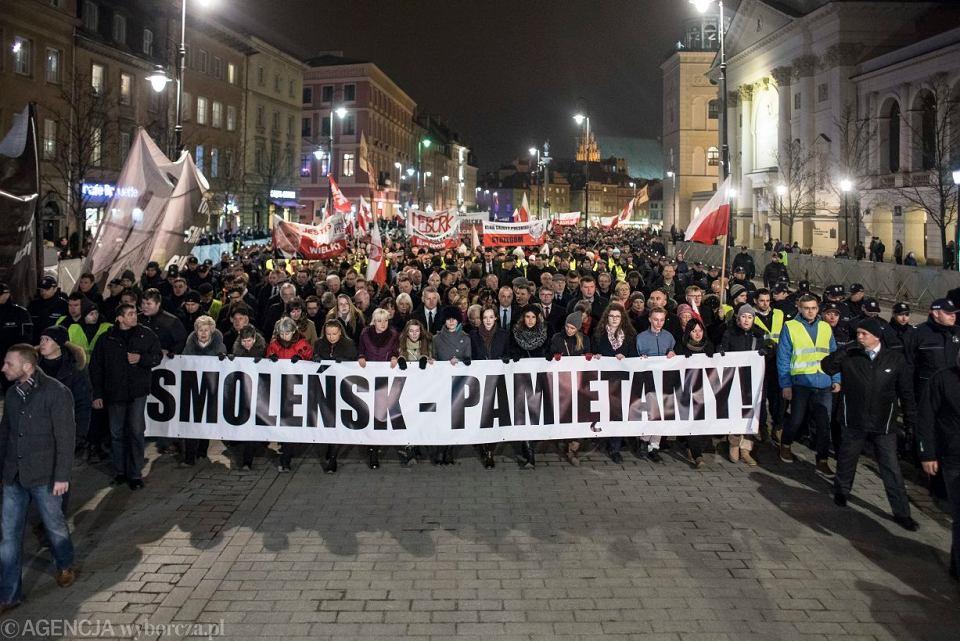 95. miesięcznica smoleńska na Krakowskim Przedmieściu w Warszawie, 10 marca 2018.