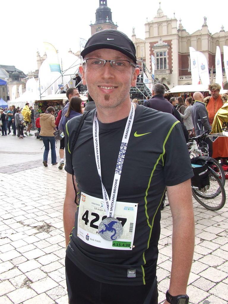 Piotr Chomicki-Bindas z medalem za pokonanie 13. Cracovia Maratonu