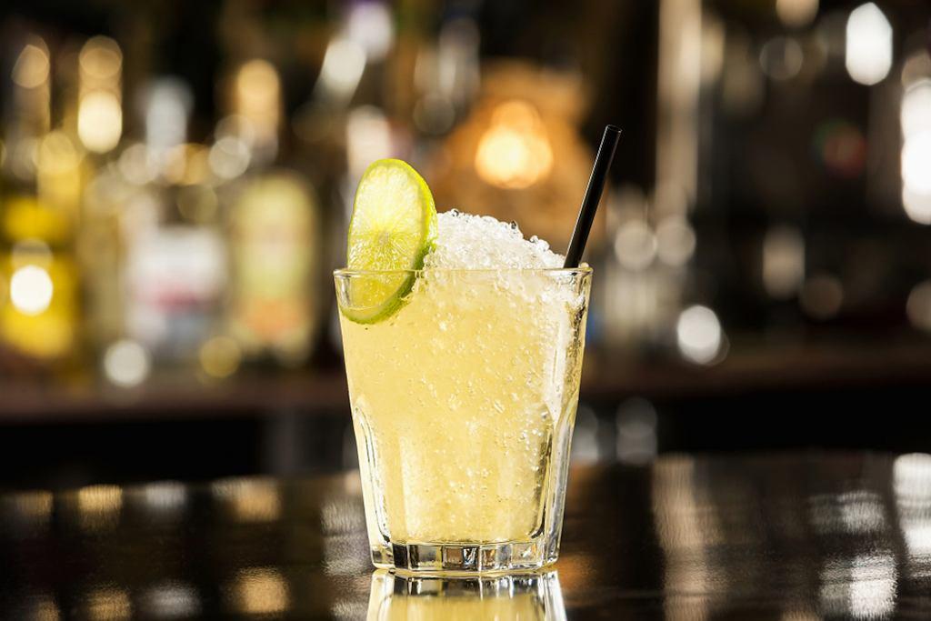 Popularne drinki? To - zapewne - te na bazie wódki, ale nie tylko. Klasyczne drinki, często zamawiane, to m.in. Cosmopolitan, Margarita czy Old Fashioned