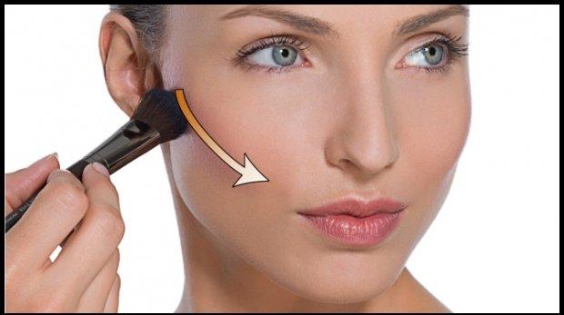 Ten sposób nakładania różu wydłuża optycznie twarz, a więc jest polecany dla posiadaczek twarzy okrągłych i kwadratowych / fot. www.makeupforever.com