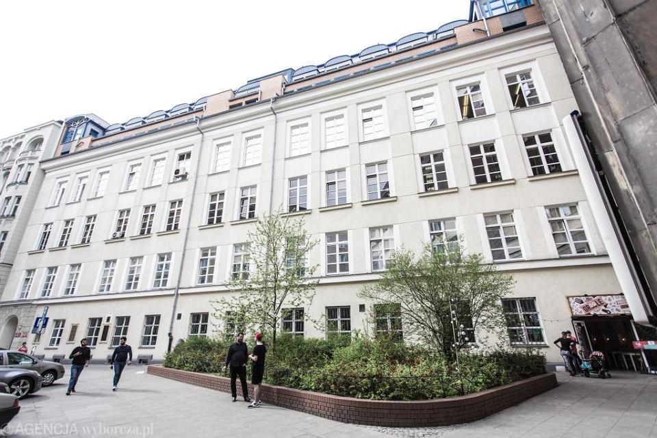 Dzisiejszy widok kamienicy przy ul. Śniadeckich 8, gdzie mieściła się Pracownia Radiologiczna im. Mirosława Kernbauma Towarzystwa Naukowego Warszawskiego