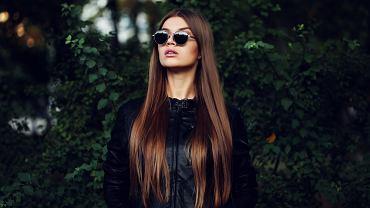 Jak zapuścić włosy? Pomocny będzie zabieg olejowania, który odżywi kosmyki. Zdjęcie ilustracyjne