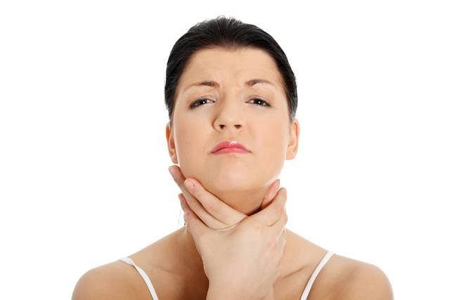 Ból, kłopoty z przełykaniem mogą oznaczać coś więcej niż zwykle przeziębienie