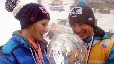 Nie tylko piłkarze mają atrakcyjne partnerki, którymi lubią się chwalić. WAGs skoczków narciarskich mogłyby z powodzeniem konkurować ze wszystkimi innymi. Sami zobaczcie (zdjęcia pochodzą z przebogatego archiwum Facebookowego profilu 'Rodziny i dziewczyny skoczków')!<br><br>Na zdj. Kamil Stoch i jego żona, Ewa Bilan-Stoch