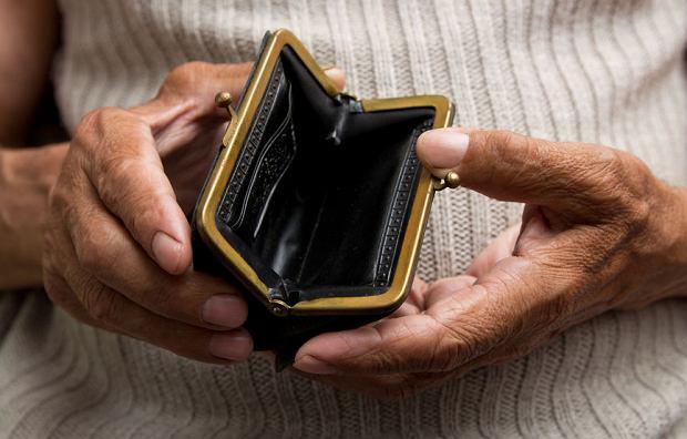 Co się zmieni w rentach socjalnych? Niepełnosprawni dorośli dostaną 165 zł więcej. Komu przysługuje świadczenie z ZUS?