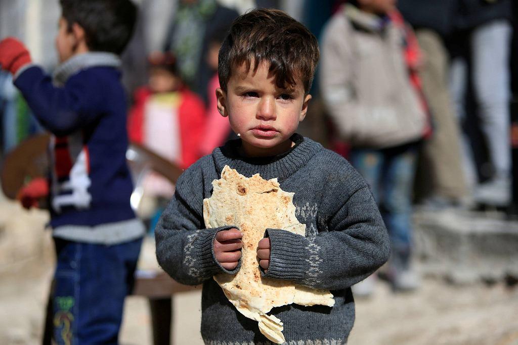 Chłopiec - uchodźca wewnętrzny na przedmieściach Aleppo