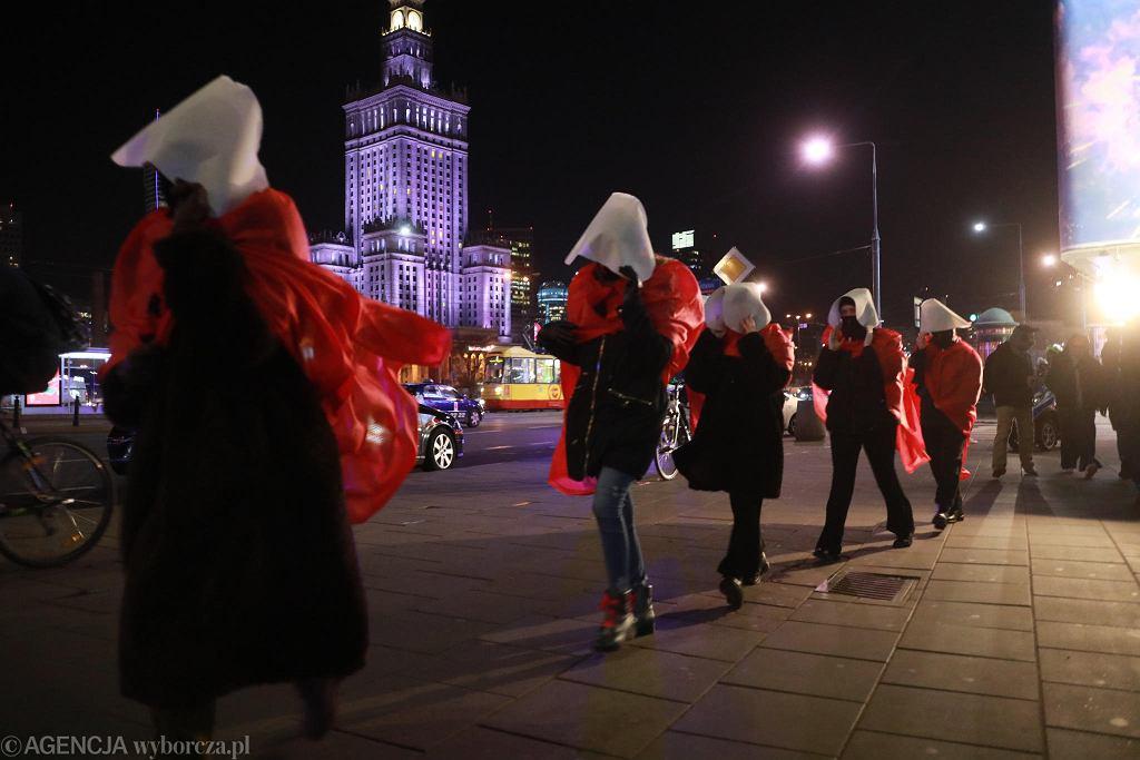 07.12.2020 Warszawa. Protest Strajku Kobiet. Spacer Podręcznych przez centrum Warszawy.