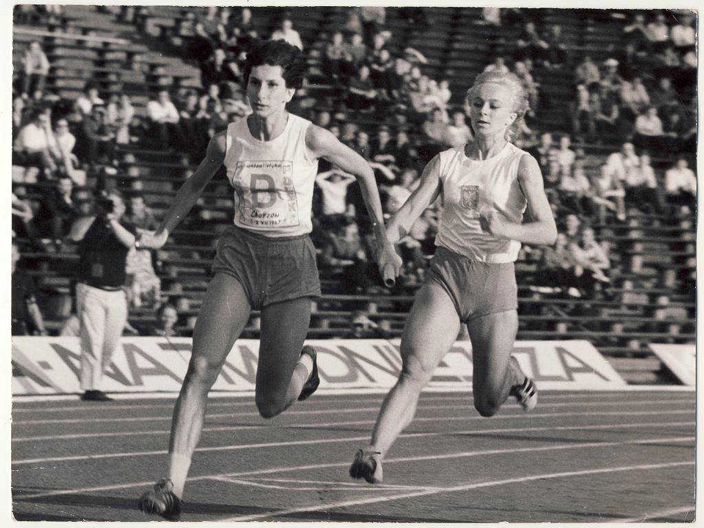 Irena Kirszenstein-Szewińska i Mirosława Sałacińska-Sarna (z prawej) w sztafecie 4x100 m podczas meczu Polska - ZSRR w lipcu 1967 r. w Chorzowie