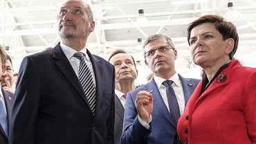 Minister obrony w rządzie PiS Antoni Macierewicz i premier Beata Szydło podczas wizyty w zakladach PZL Mielec produkujących śmigłowce Black Hawk, 10 październik 2016