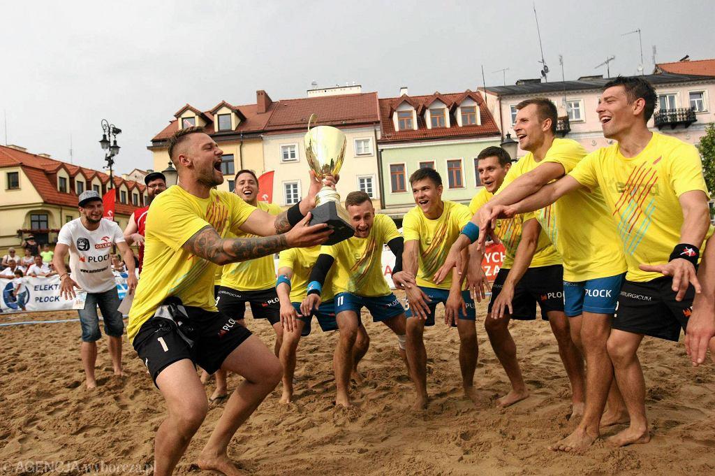 BHT Auto Forum Petra z pucharem. W finale płoccy piłkarze ręczni plażowi pokonali wicemistrzów Polski Damy Radę Inowrocław