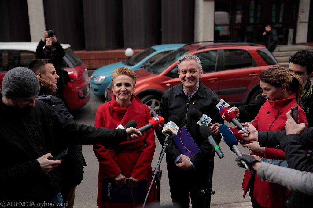 Założyciel i szef partii ' Wiosna ' Robert Biedroń oraz posłanka Joanna Scheuring-Wielgus podczas konferencji pod siedziba Episkopatu, 19 marca 2019.