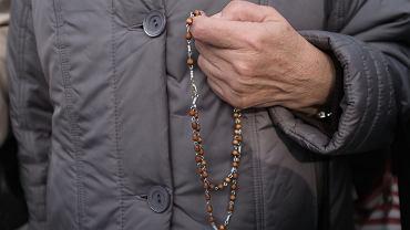 Modlitwa na różańcu. Zdjęcie ilustracyjne