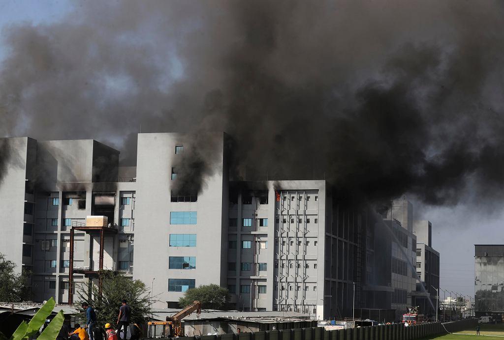 Indie. Pożar w największej fabryce szczepionek na świecie. Tu produkuje się m.in. szczepionkę AstraZeneca. Na zdjęciu: pożar fabryki