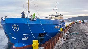 Po raz pierwszy, do nowo budowanego Portu Zewnętrznego na Mierzei Wiślanej dotarł statek z ładunkiem kamienia hydrotechnicznego. 'Amanda' przypłynęła ze szwedzkiego portu Flikvik.