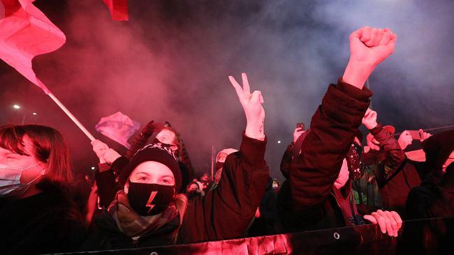 """""""Piekło dla rządu"""", """"barbarzyńcy"""". Protesty ws. wyroku TK przeszły przez Polskę. Będzie blokada"""