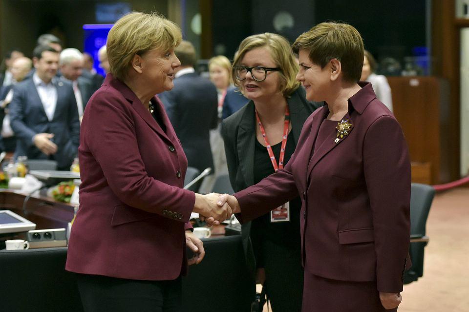 Kanclerz Niemiec Angela Merkel i premier Beata Szydło witają się na szczycie Unia Europejska-Turcja 29 listopada w Brukseli