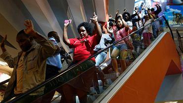 Cywile opuszczają centrum handlowe w Nairobi
