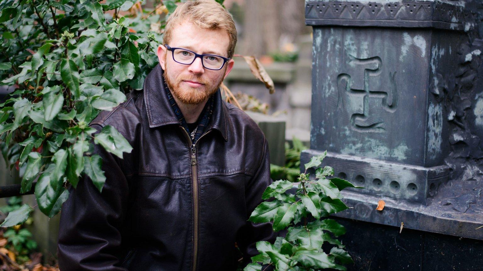 Marcin Klebba, badacz swastyk, na Powązkach. Tu także można trafić na nagrobek ze swastyką
