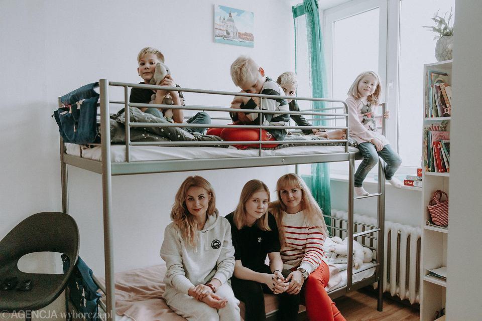 Oksana, Karina (15), Artur (8) oraz Natalia, Nikita (11), Natan (8), Sofia (6) w mieszkaniu na Sadybie / Oksana, Karina (15), Artur (8) and Natalia, Nikita (11), Natan (8), Sofia (6) in an apartment in Sadyba, Warsaw.