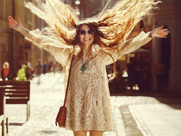 Koronkowa sukienka na wiosnę - różne fasony idealne na wiele okazji