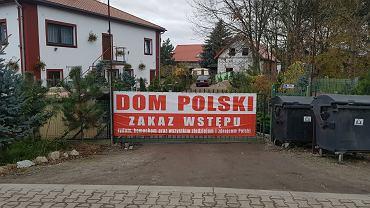 Hotel Dom Polski w Cesarzowicach z antysemickim banerem na płocie