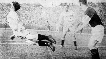 Johannes Nossek w efektownej interwencji. 1939. Półfinał Pucharu Regionów Rzeszy: Wirtembergia - Śląsk (1:2).