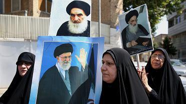 Irackie kobiety mieszkające w Iranie demonstrują przeciwko sunnickim bojówkom panoszącym się w ich ojczyźnie. Na plakatach wizerunki ajatollahów: z przodu Chamenei, z tyłu  Sistani. Teheran, 20 czerwca 2014 r.