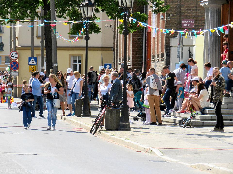 Zdjęcie numer 2 w galerii - Wielka zabawa na niezwykłej ulicy. Teatralna bawi się na całego [ZDJĘCIA]
