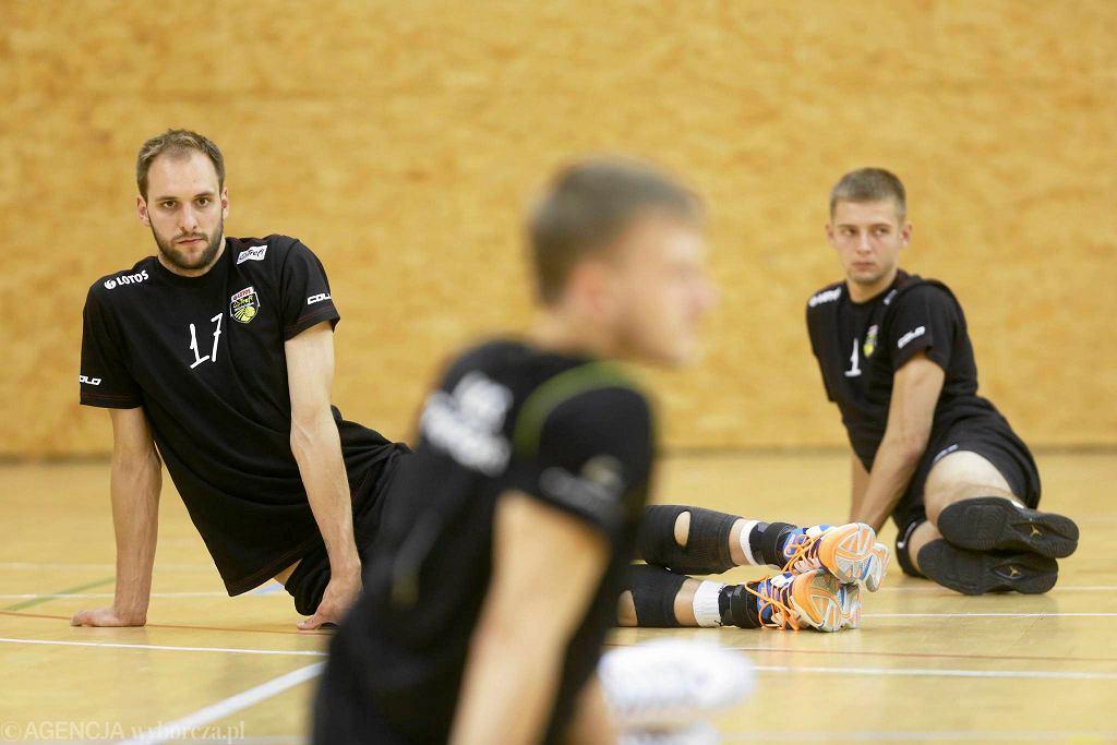 Z nowych twarzy na treningu drużyny Andrei Anastasi pojawił się Miłosz Hebda oraz dwóch siatkarzy z Młodej Ligi od dawna związany z Lotosem Treflem - Karol Behrendt i Sławomir Zemlik.