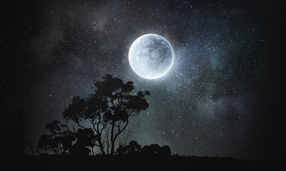 Pełnia Księżyca odbywa się 14 dni i 19 godzin po nowiu. Nów to początek cyklu, w czasie którego tarcza Księżyca jest niewidoczna.