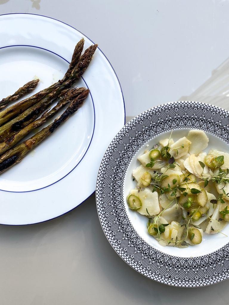 Grill bez resztek: grillowane szparagi z sałatką z ziemniaków i końcówek szparagów