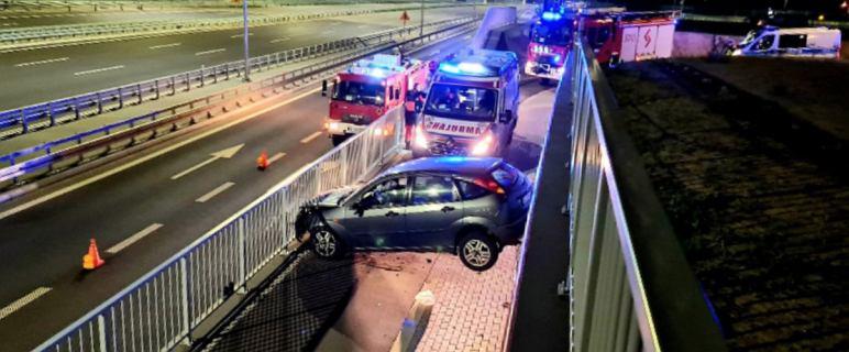 Na obwodnicy Warszawy samochód wypadł z jezdni i zaklinował się na ścieżce rowerowej. Kierująca była pijana
