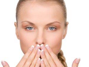 Nieprzyjemny zapach z ust najczęściej związany jest z chorobą jamy ustnej