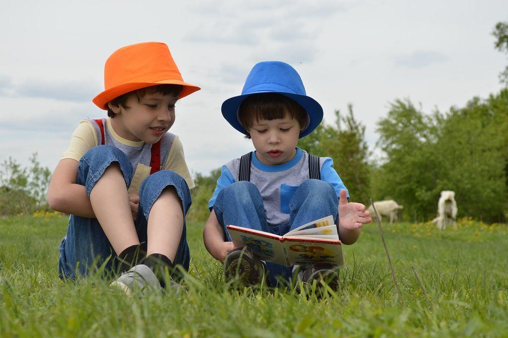 Dzieci z książką - zdjęcie ilustracyjne