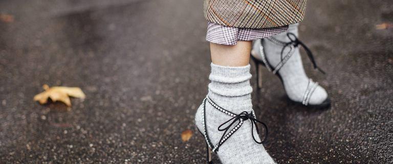 Sandały wiązane to hit wśród paryżanek! Obwiąż nimi nogawkę szerokich spodni i stwórz modny look na lato