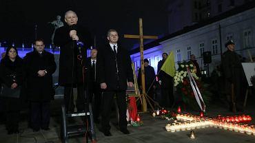 Jarosław Kaczyński podczas ostatnich obchodów miesięcznicy smoleńskiej zapowiedział ustawienie przed Pałacem Prezydenckim 'tymczasowych instalacji' upamiętniających ofiary katastrofy
