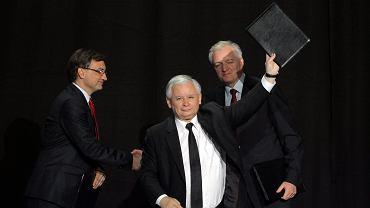 Zbigniew Ziobro, Jarosław Kaczyński i Jarosław Gowin podczas zjednoczeniowego kongresu prawicy, 19.07.2014