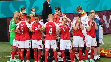 Piłkarze duńskiej reprezentacji zebrani wokół reanimowanego Christiana Eriksena podczas meczu Euro 2020 w Kopenhadze