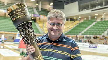 Janusz Jasiński, właściciel Stelmetu BC Zielona Góra, z trofeum za zdobycie mistrzostwa Polski w koszykówce.