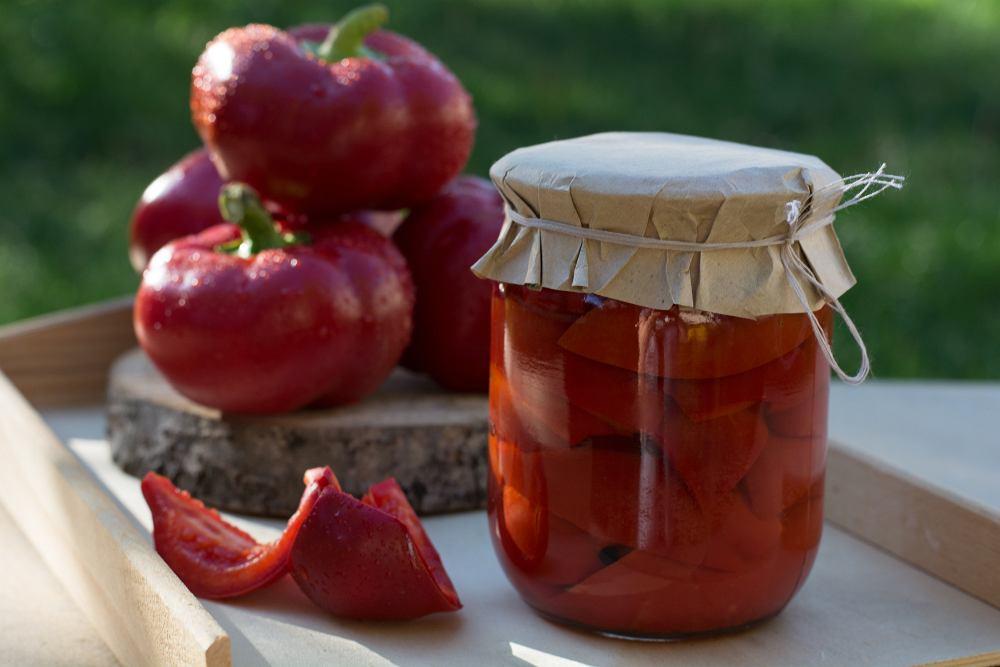 Papryka marynowana to doskonały dodatek do kanapek oraz mięs i wędlin