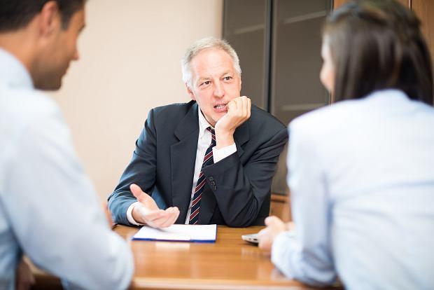 Odprawa emerytalna. Czy państwo może ingerować w umowy? Prawnicy Czytelnikom, odc. 67