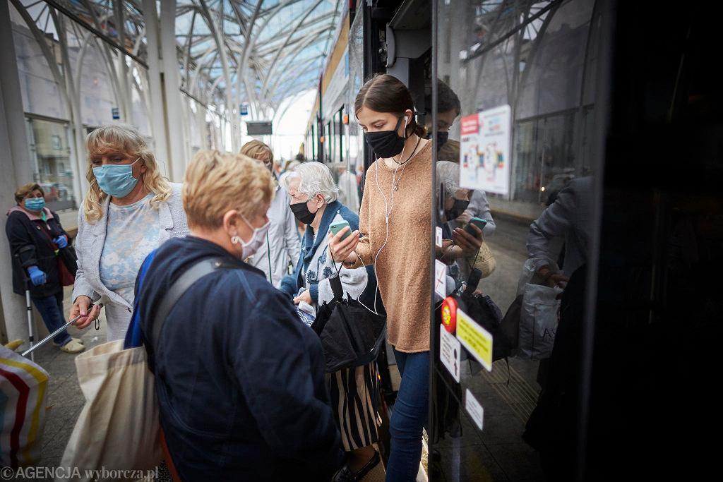 Pasażerowie mają obowiązek zasłaniania ust i nosów w pojazdach MPK Łódź
