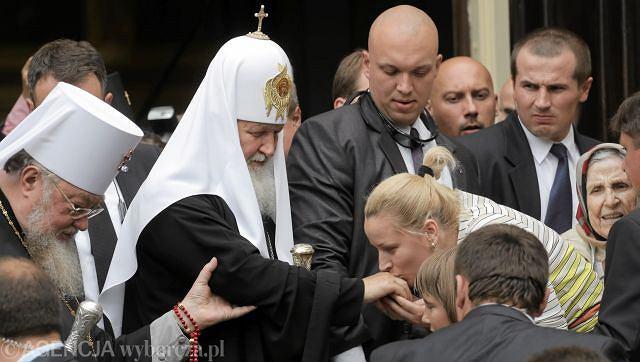 Patriarcha Cyryl I witany przez wiernych przed wejściem do katedry prawosławnej na warszawskiej Pradze