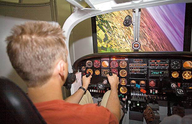 Mój pierwszy raz: prawie jak pilot F-16, mój pierwszy raz, ?Ewakuować Okęcie! Student leci Mewą w stronę pasa. Kraksa jest pewna!?