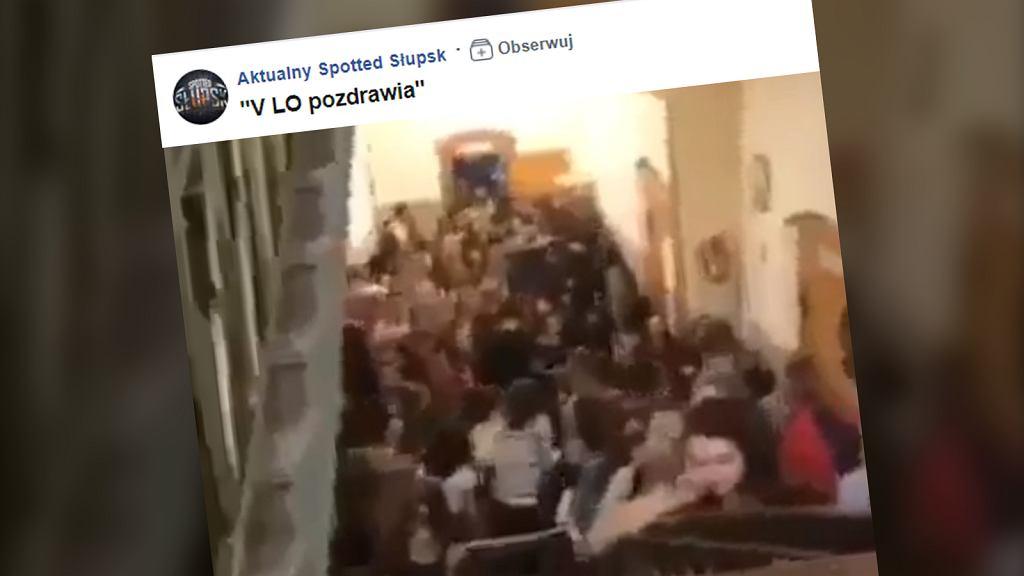 Licealiści ledwo mieszczą się na korytarzach szkolnych