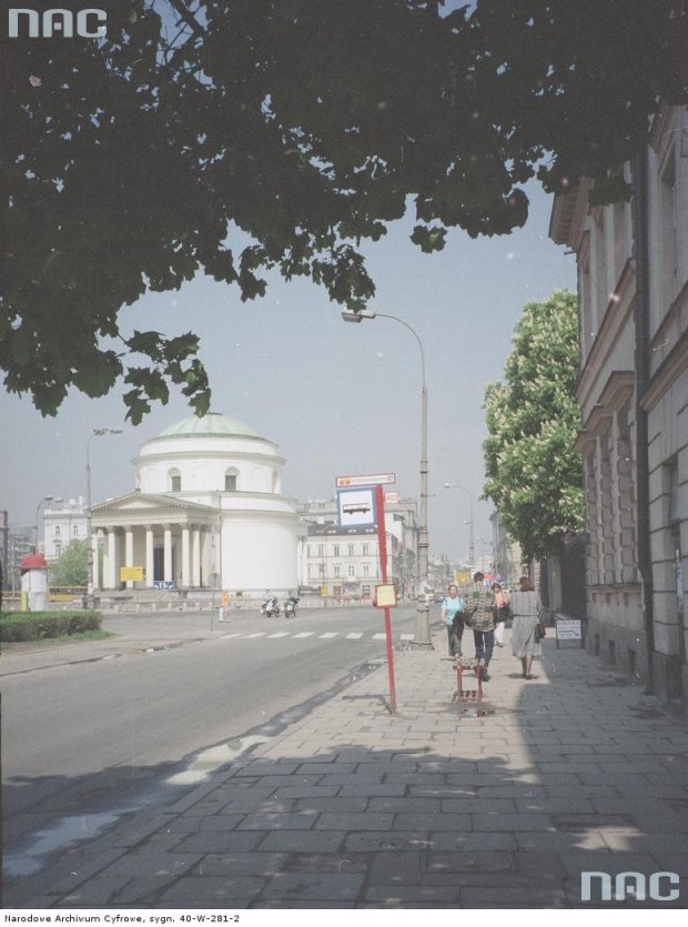 Brak wiaty na przystanku autobusowym dla linii 402 na pl. Trzech Krzyży (widok od strony ul. Wiejskiej)