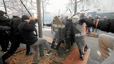 Starcia z policją podczas Marszu Niepodległości w Warszawie w 2011 r.